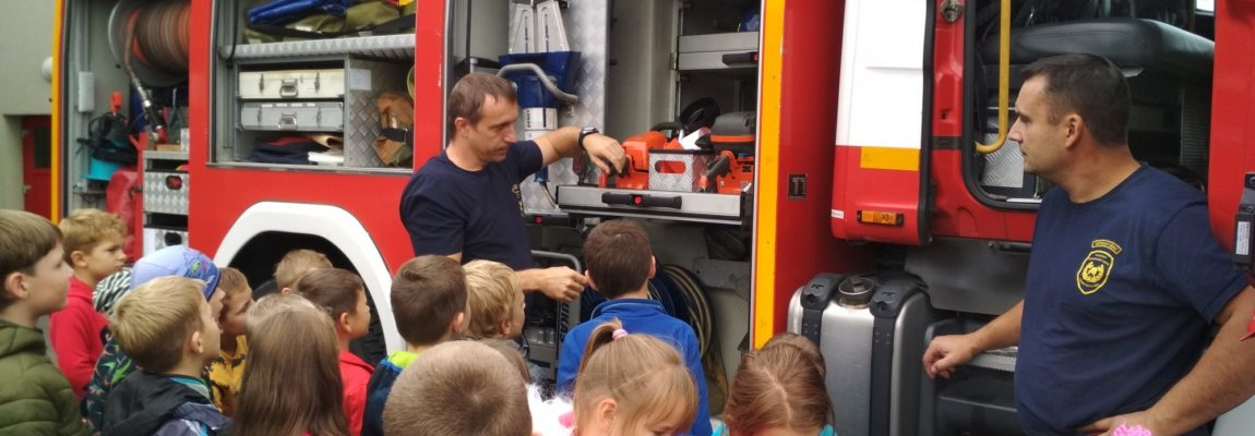 Žabičky a Sovičky se vypravily k hasičům